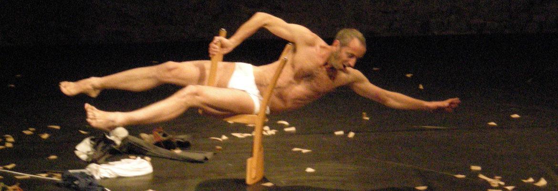 Jordi mit Stuhl